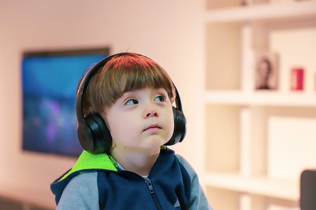 kindje-met-hoofdtelefoon